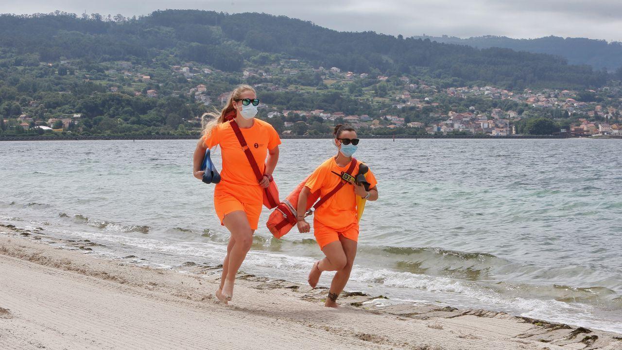 Socorristas en la playa de Cabeceira, la única con bandera azul en el Concello de Poio