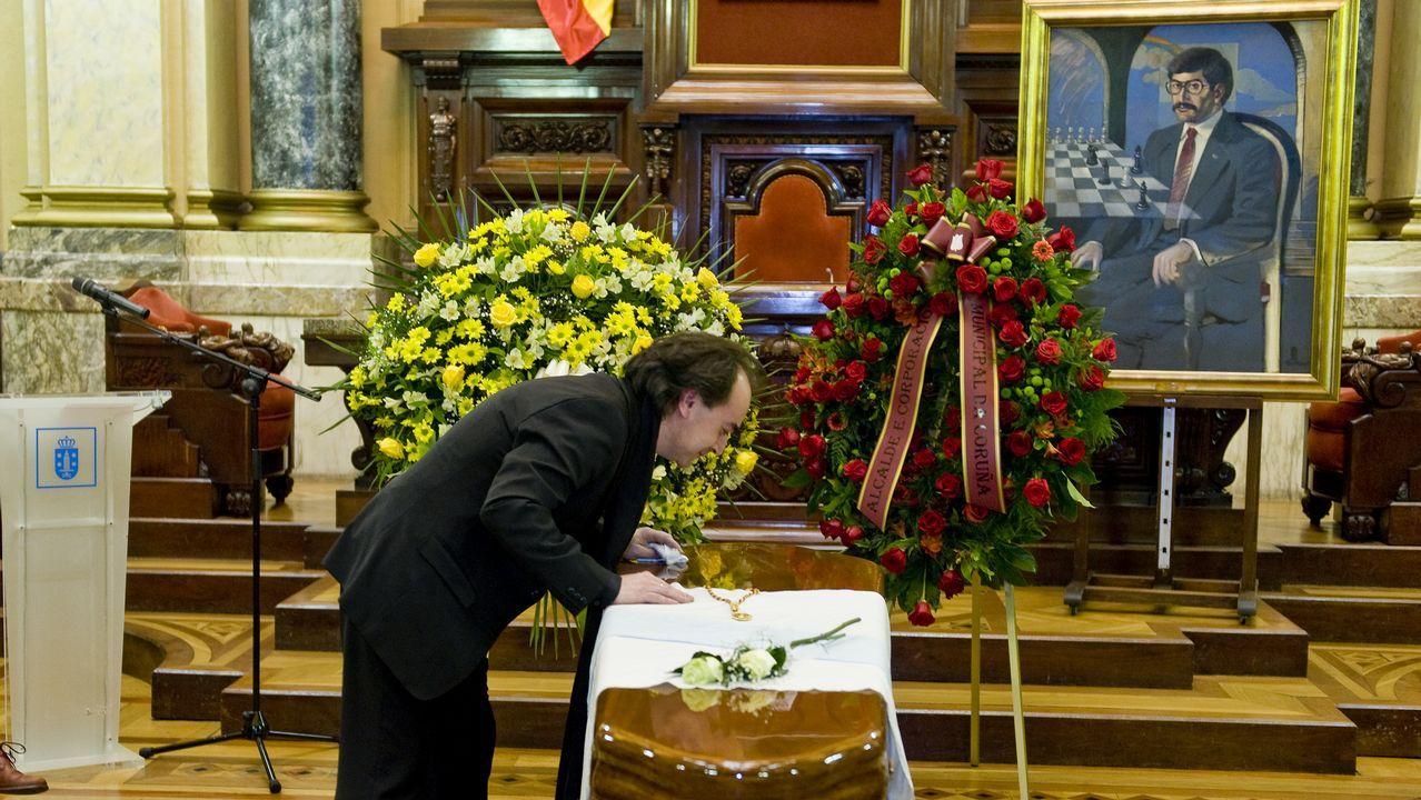 Último adiós a Domingos Merino.MONCHO AMIGO ESCULTOR DE LA CARACOLA DE PUNTA HERMINIA EN LA ZONA DE LA TORRE DE HERCULES, EN SU CASA CON EL MOLDE CON EL CONSTRUYO LA CARACOLA