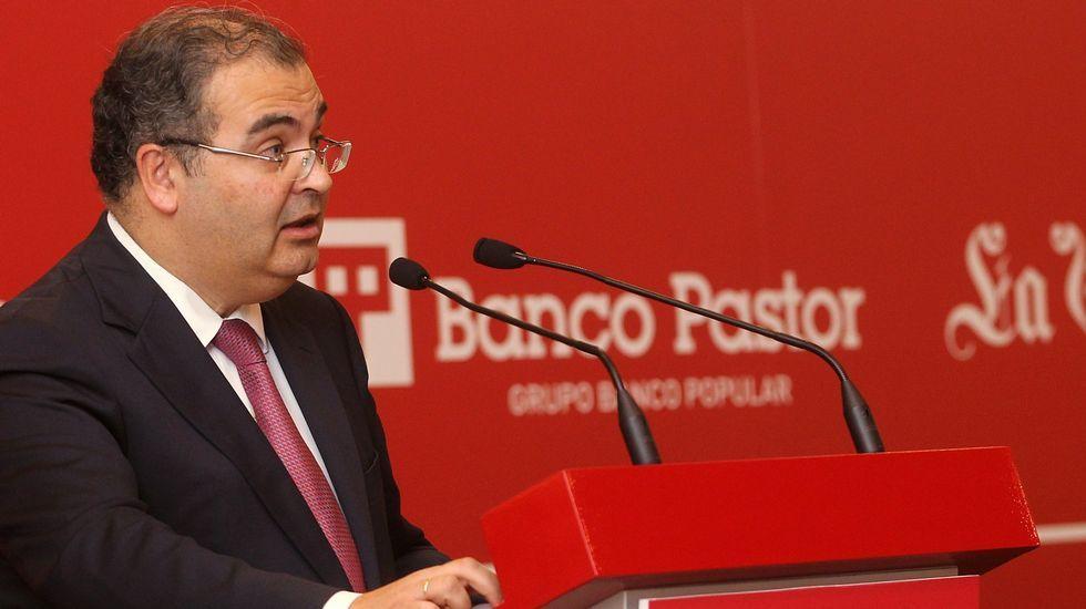 Un reconocimiento al emprendimiento de las pymes gallegas.Las vallas, al fondo, llevan un año instaladas en la plaza porticada, ahora Ángel Ron Fraga.