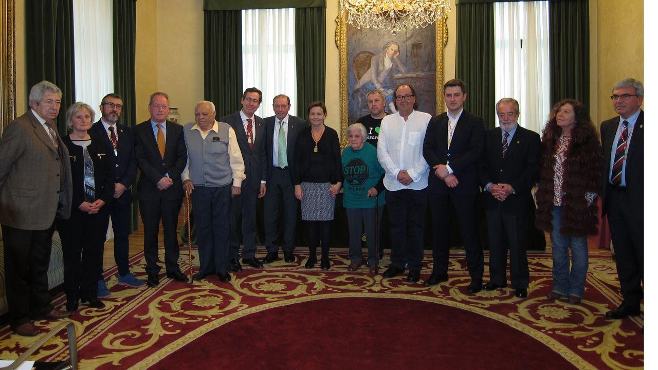 Manolo Llanos, tras recibir la Medalla de la Plata de la Villa de Gijón en 2016, junto a otros galardonados y miembros de la Corporación gijonesa