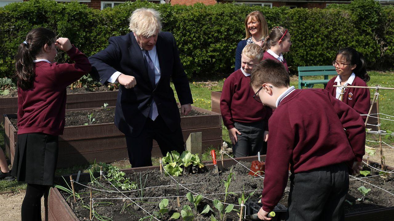El primer ministro británico, Boris Johnson, durante una visita a una escuela de Ferryhill