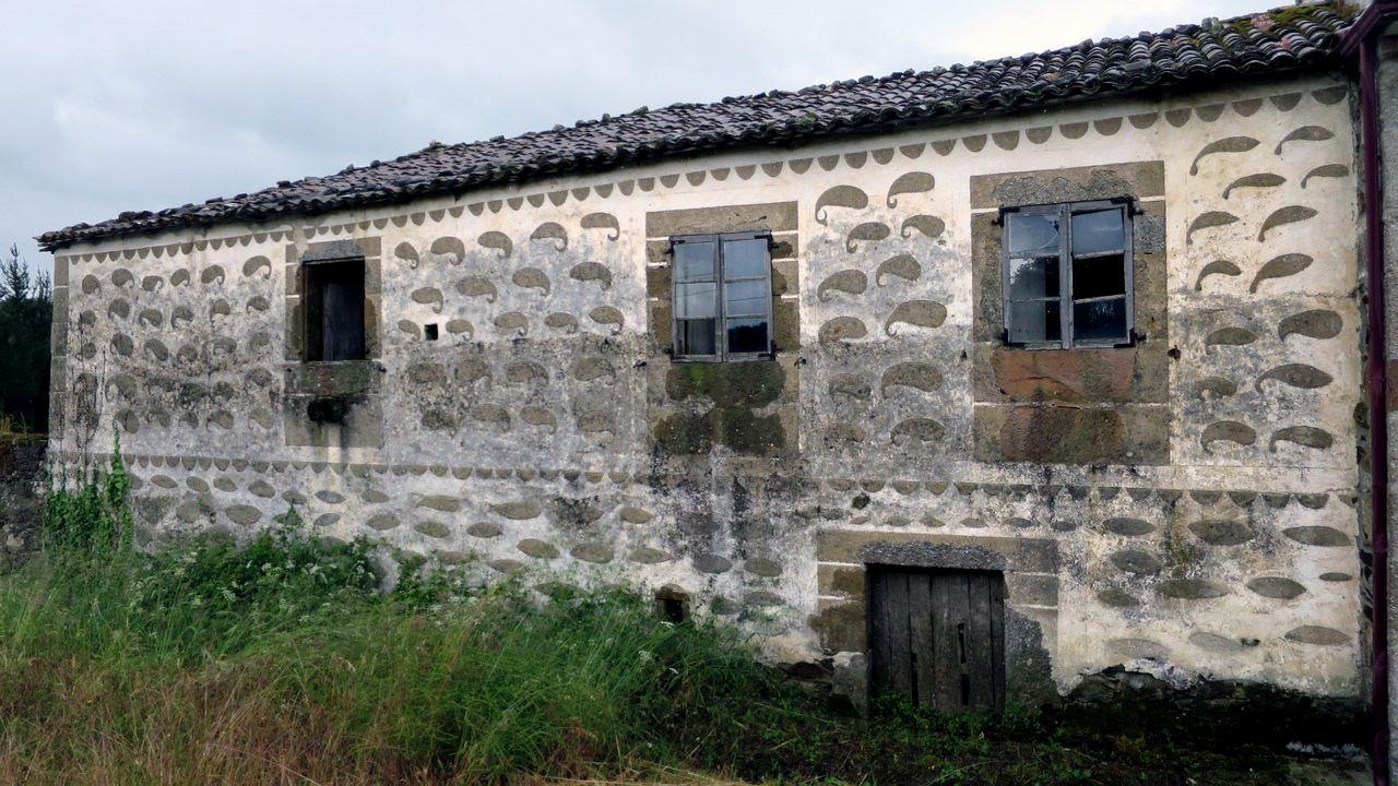 Fachada de una vivienda abandonada en Castelo, en el municipio de Taboada