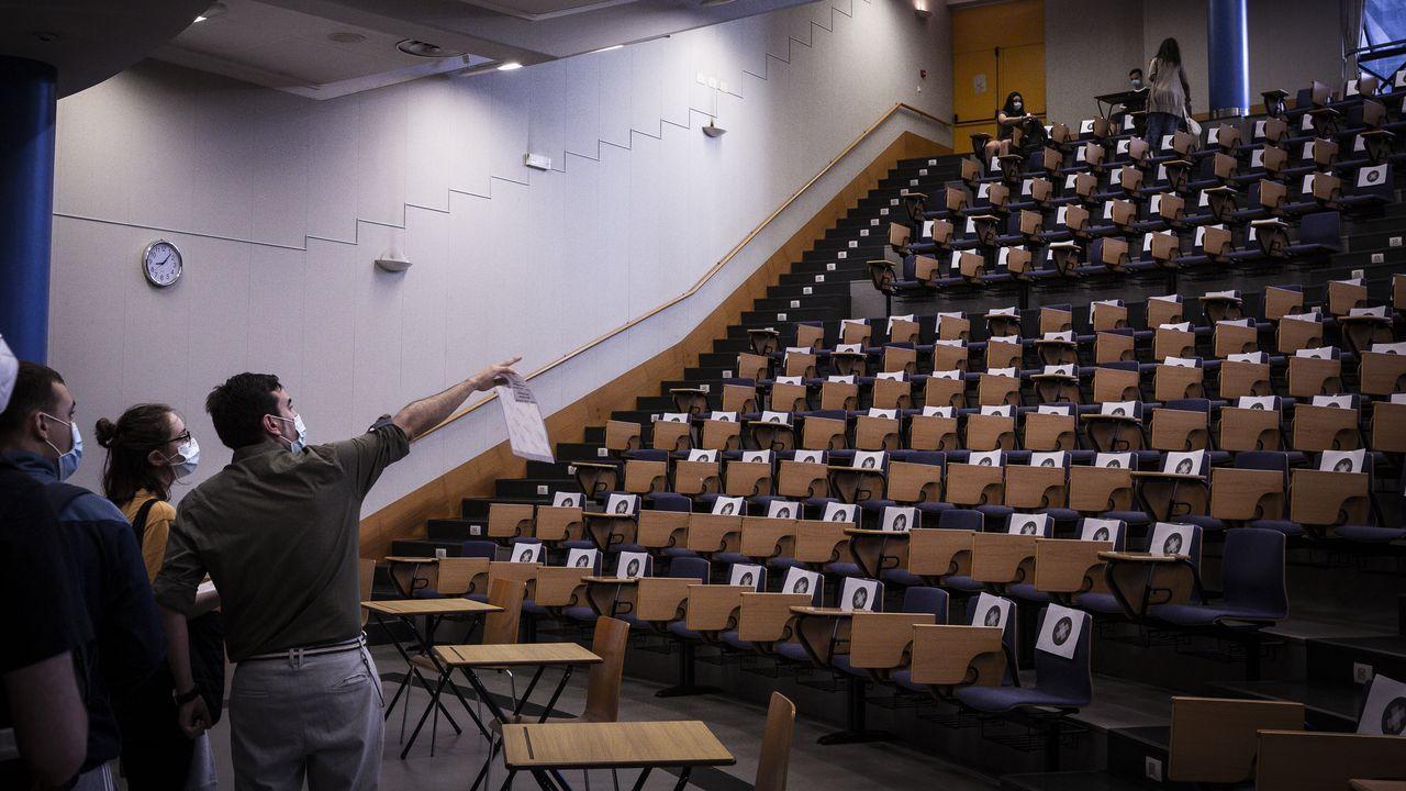 Instantes previos al inicio de los exámenes de la ABAU en la facultad compostelana de Ciencias Económicas