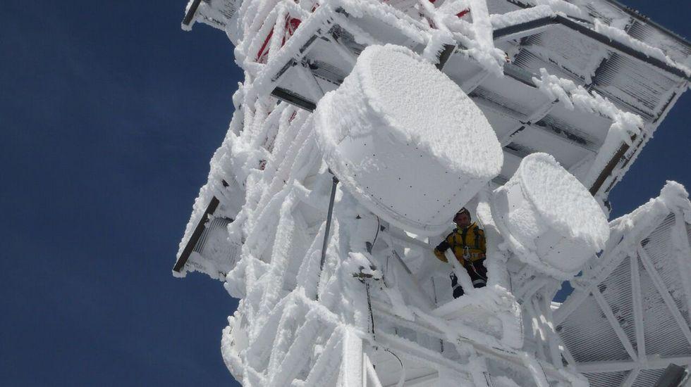 PEREGRINAH.Un operario supervisa los sistemas de una estación en Manzaneda, totalmente congelada