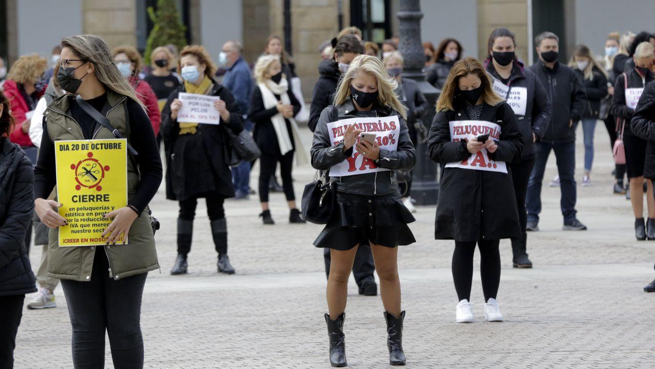 Protesta de peluqueras y barberos en María Pita.Hospital de Cabueñes de Gijón