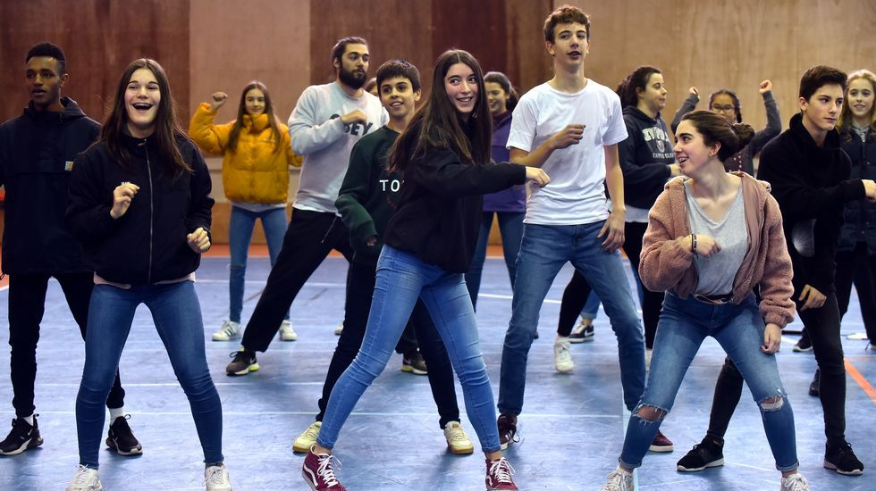 Yo hago zumba en el instituto.Teresa Fraga, Beni Vidal, Isabel Ruso, Pedro Rodríguez y María Jesús Quintáns en una reunión en el IES Eusebio da Guarda de A Coruña