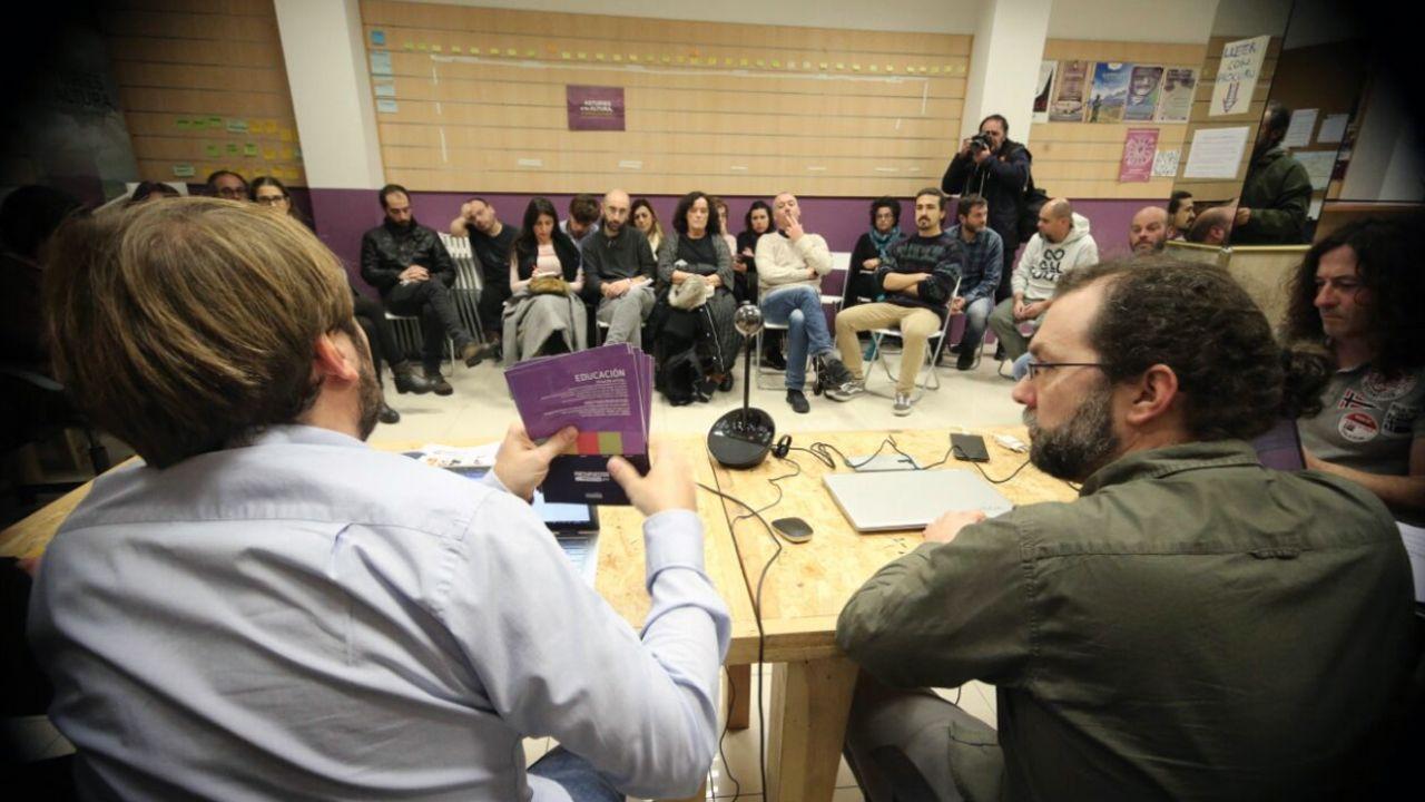 Emilio León secundado por Daniel Ripa, atiende a los medios de comunicación en el parque infantil del Campo San Francisco, en Oviedo.Consejo Ciudadano de Podemos Asturies