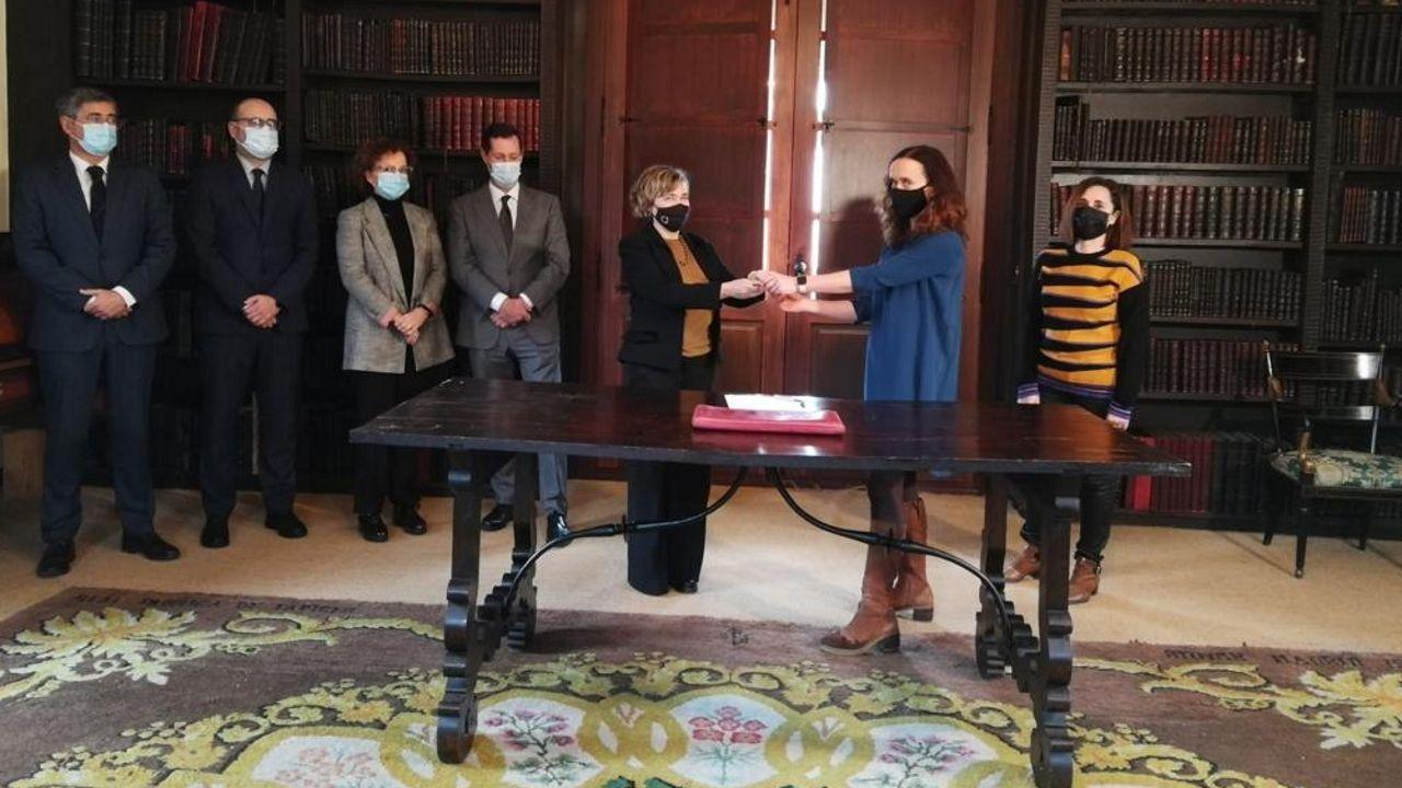 La jueza Marta Canales (derecha) entrega las llaves a Meirs Pazo