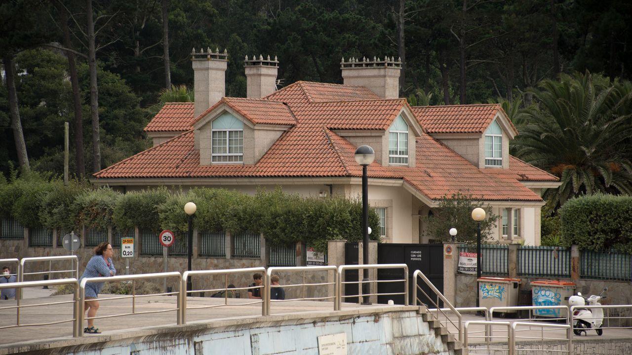 Este chalé, que se vende por 2,8 millones de euros, es de los más caros y tiene una salida directa a la playa de Bastiagueiro