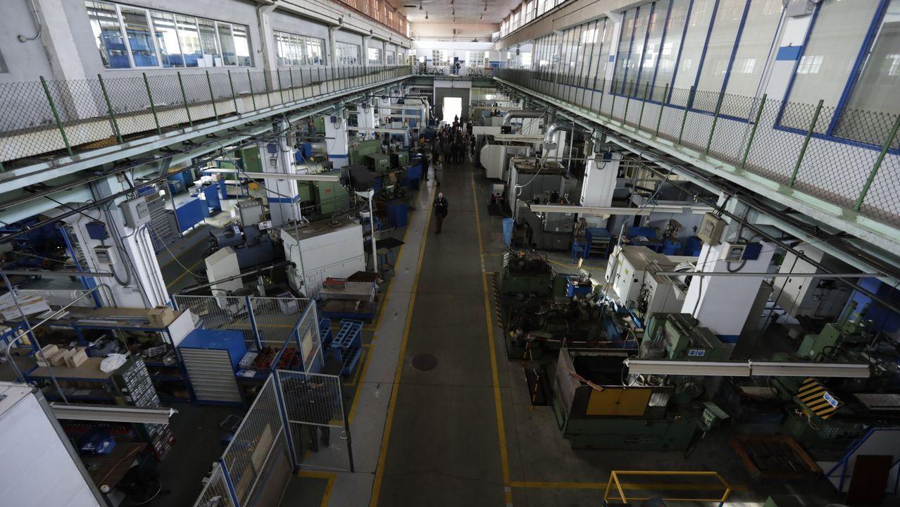 Panorámica de una de las naves con maquinaria en uso durante la visita que realizaron la alcaldesa de A Coruña y el rector de la UDC a la fábrica de armas en febrero de este año