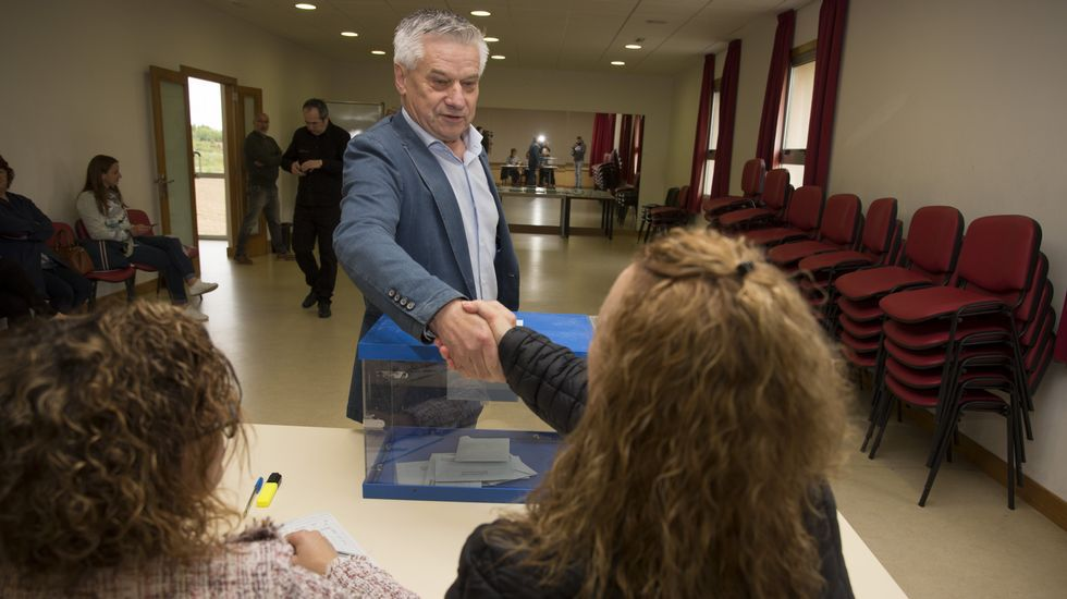 Votaciones en una de las mesas de Carballo. Vota José Bello Pallas, el candidato de Terra Galega en este municipio