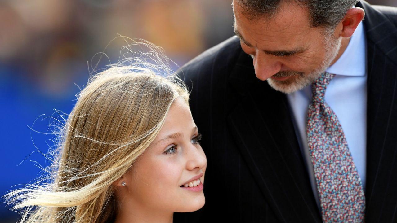 La familia real hace pública su nueva imagen.La princesa Leonor es felicitada por los reyes Felipe y Letizia, tras pronunciar su discurso en la ceremonia de entrega de los Premios Princesa de Asturias 2019, este viernes en el Teatro Campoamor de Oviedo. EFE/ Ballesteros