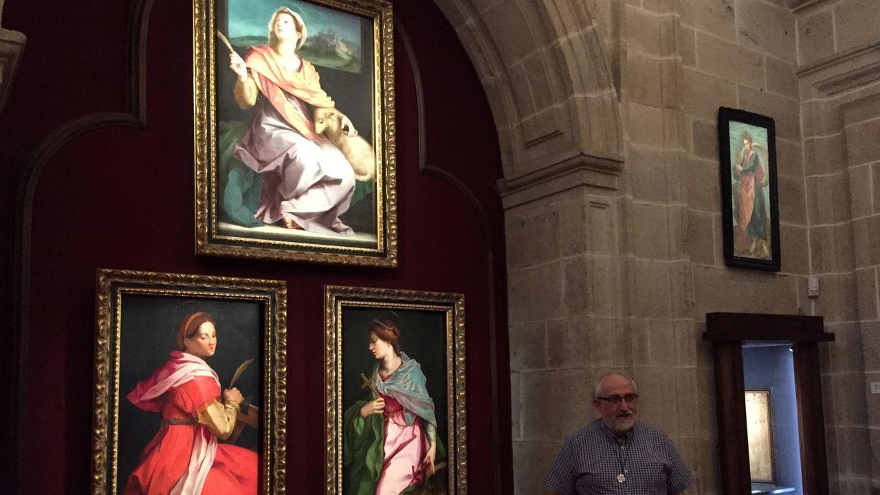 Javier Agudo, presidente del patronato del colegio, junto a tres óleos sobre tabla con imágenes de santas del pintor renacentista Andrea del Sarto