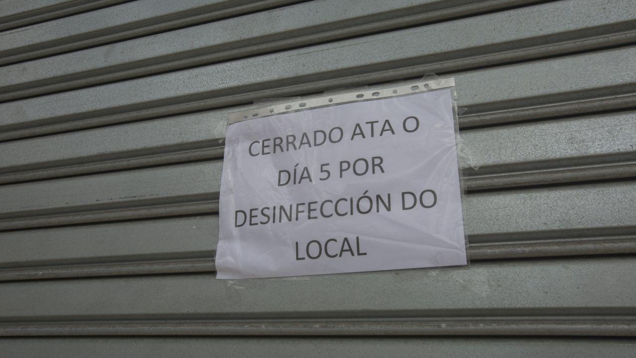 Un cartel anuncia el alquiler de una casa en una aldea de la zona