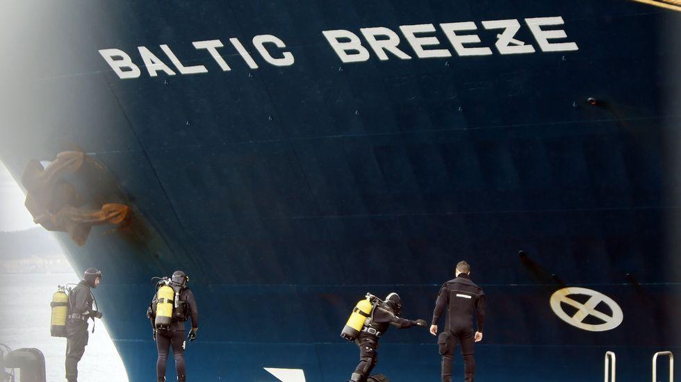 Buzos especializados inspeccionaron el casco del mercante tras el impacto con el arrastrero.