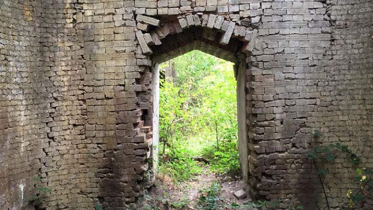 Ruinas de la antigua fábrica de tejas de O Baliño, situada en la capital municipal