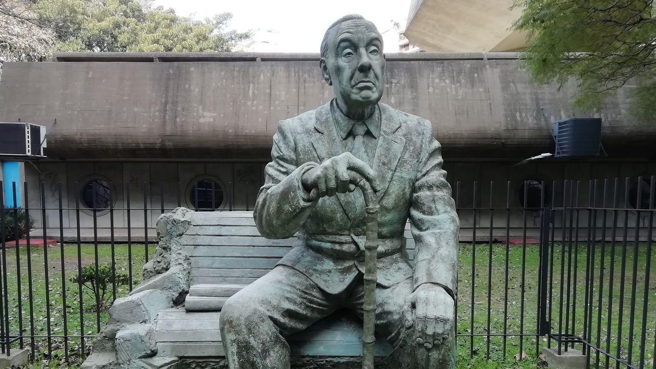 Estatua que recuerda a Borges en los jardines de la Biblioteca Nacional de la República Argentin
