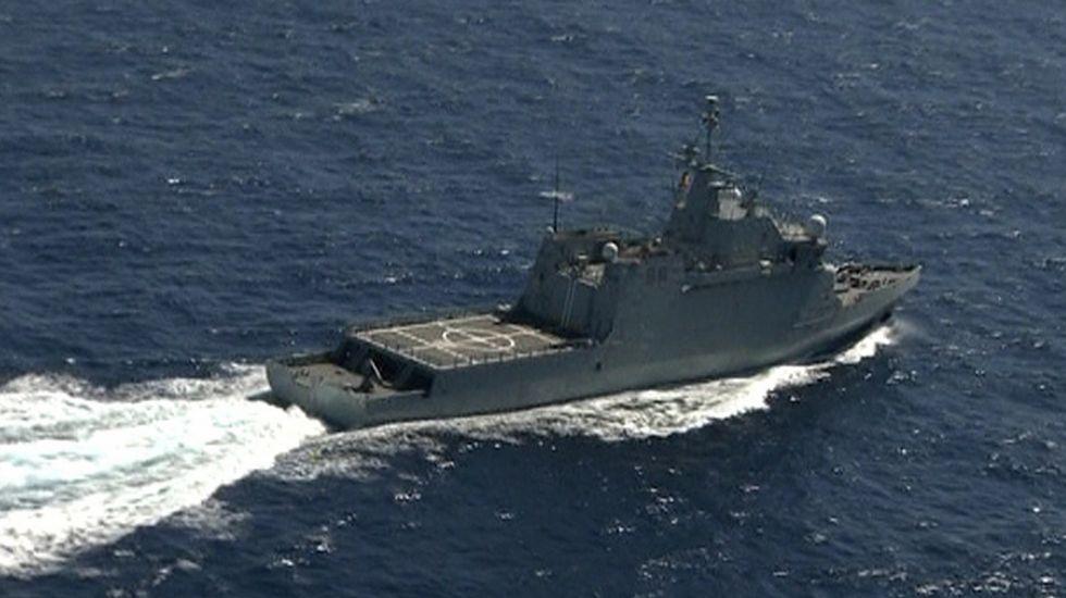 Hallados los tres cuerpos de los militares en la cabina del helicóptero accidentado.Uno de los barcos que participan en la búsqueda de los militares desaparecidos