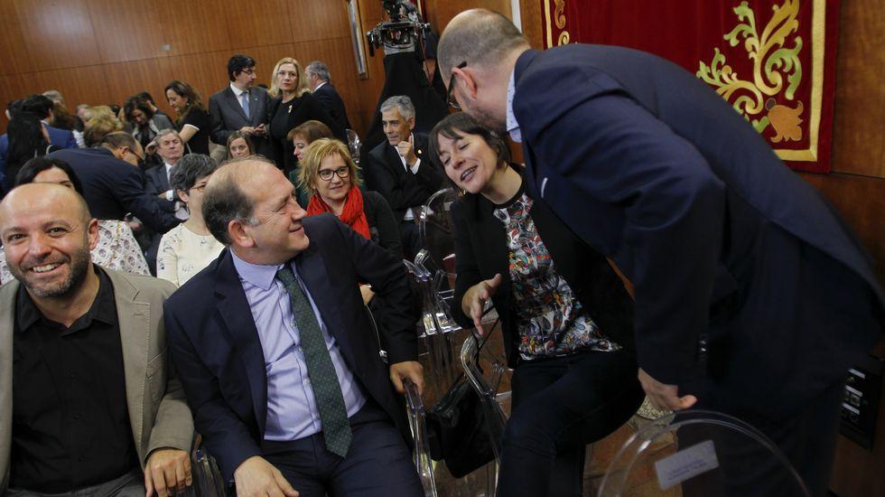 Otra cobra de Pontón. La líder del BNG apartó la cabeza cuando Martiño Noriega parecía que quería besarla y le ofreció la mano