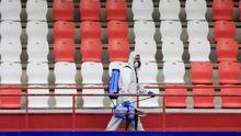 Un empleado del Lugo desinfecta las gradas del Ángel Carro