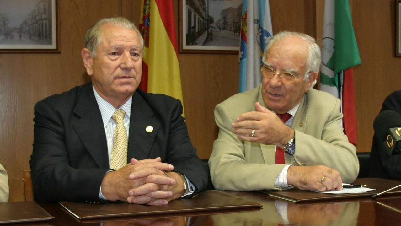 Felisindo López, a la izquierda, en una visita a A Estrada en el 2004