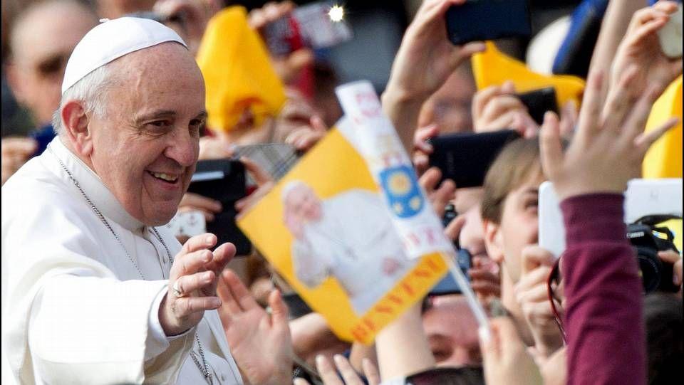 Cruz Crucifijo.El papa Francisco saluda a los fieles a su llegada a la audiencia general de los miércoles en la plaza de San Pedro