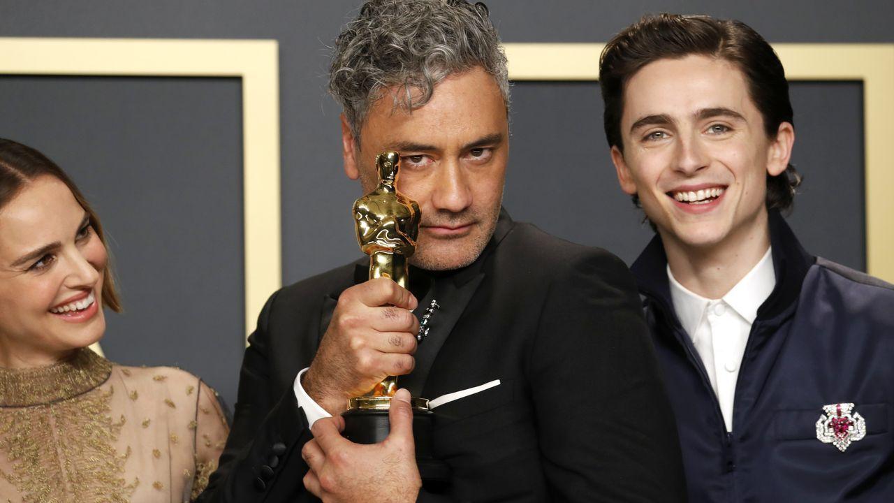 Taika Waititi, con su Óscar, junto a Timothee Chalamet y Natalie Portman