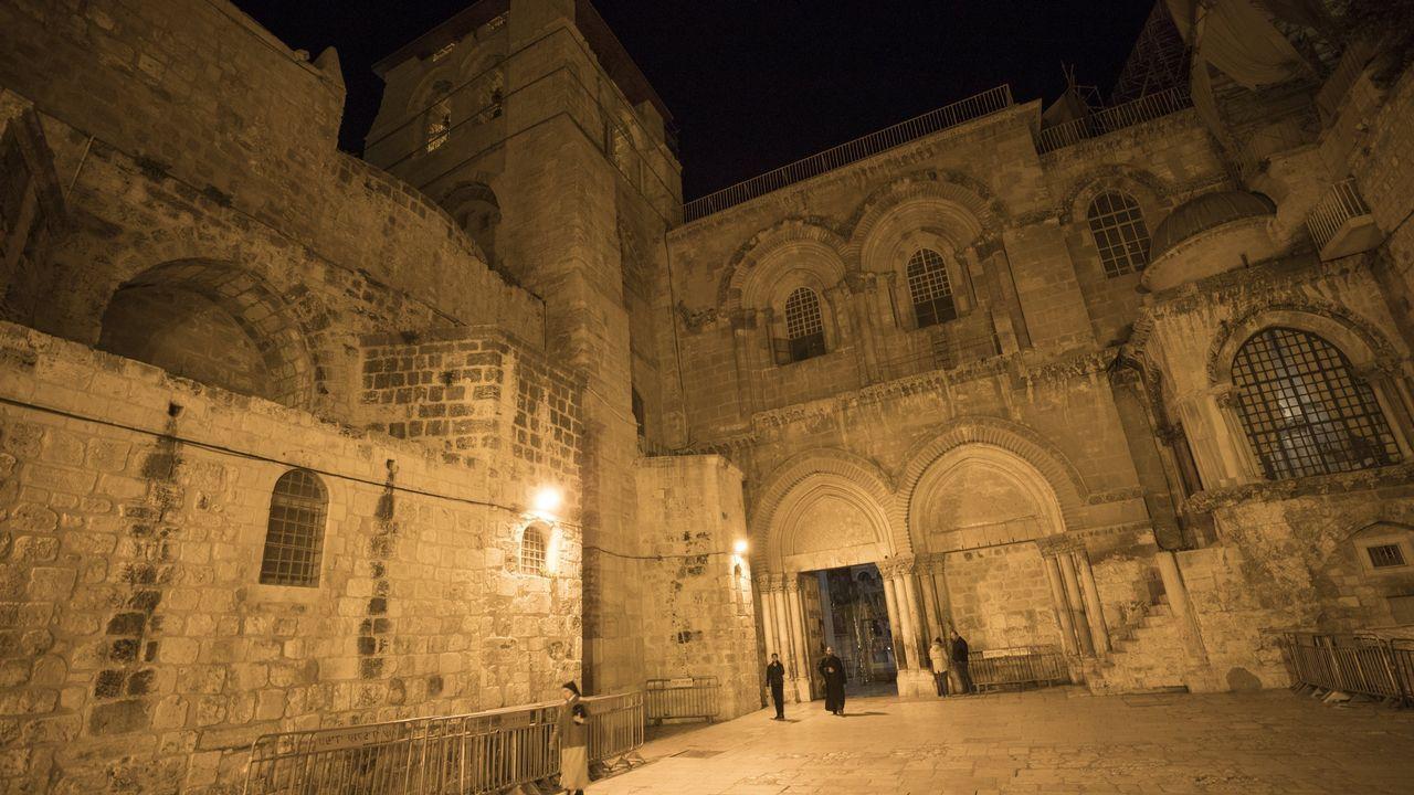 Los turistas se protegen de la lluvia en Oviedo.Santo Sepulcro