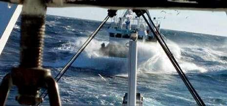 Esta impresionante imagen de un arrastrero de Celeiro navegando entre el oleaje atestigua las dificultades que pasó la flota.
