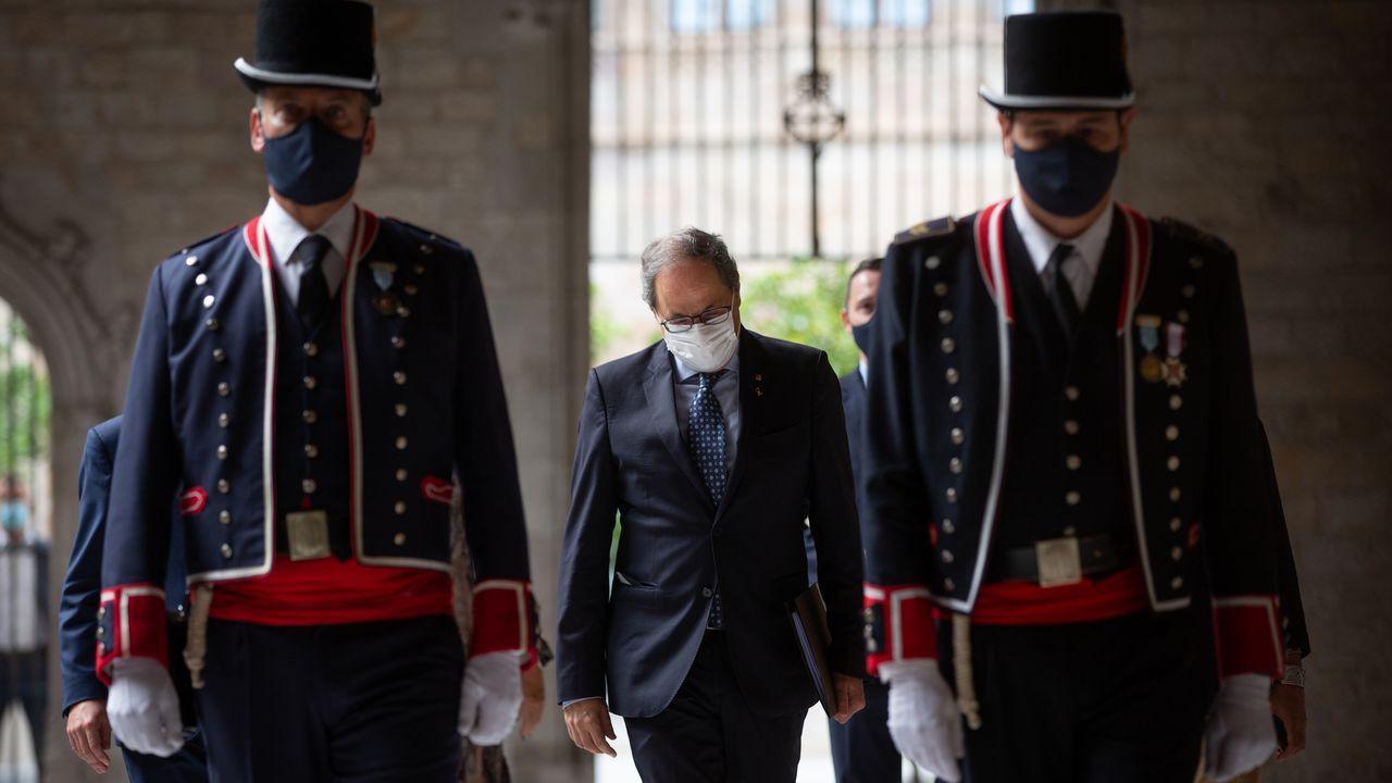 El presidente de la Gneralitat, Quim Torra, entre dos mossos d'Esquadra