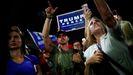 Siimpatizantes de Trump se manifiestan, algunos de ellos armados, frente a un centro de votación en Phoenix (Arizona)