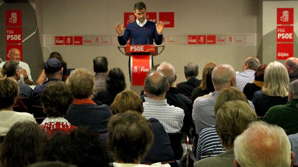 Javier Fernández vota en la agrupación socialista de Gijón.José María Pérez, ante militantes del PSOE de Gijón, en la Casa del Pueblo