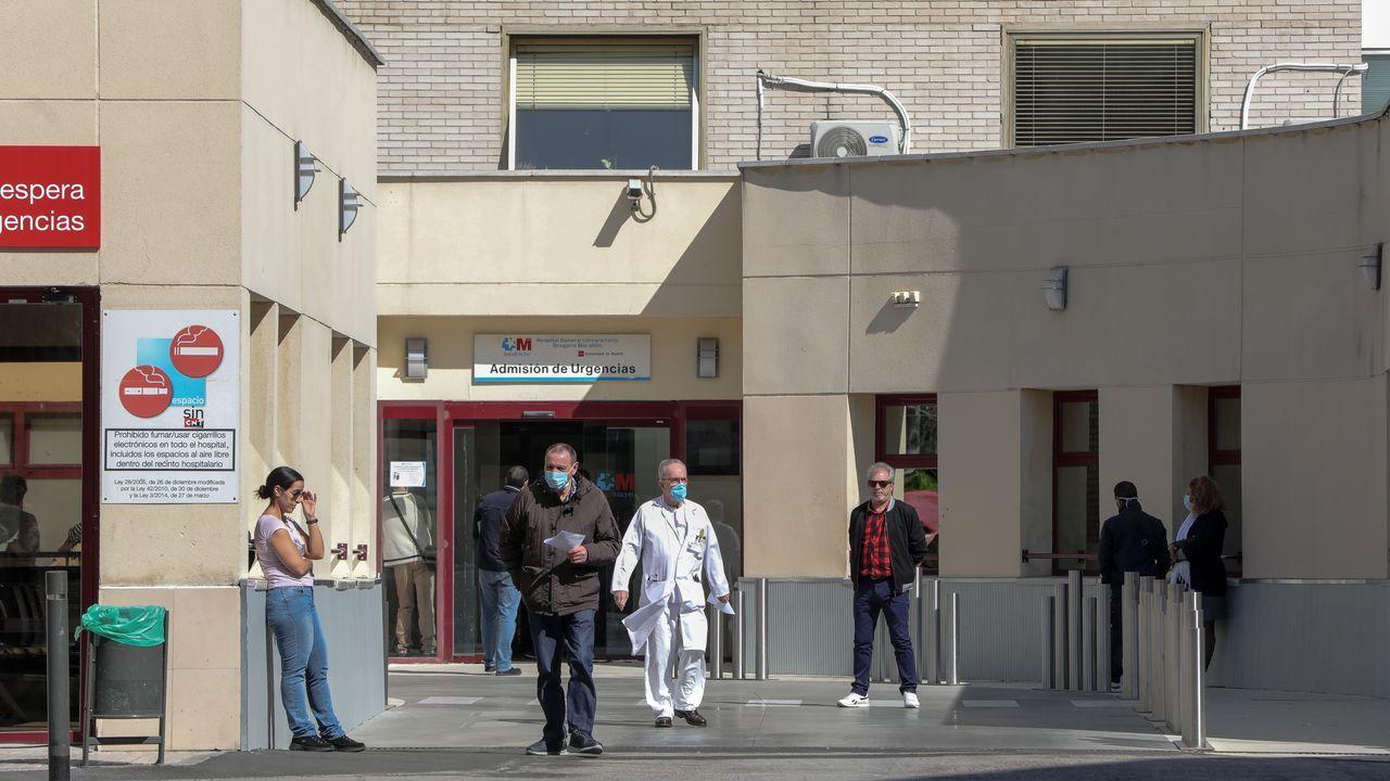 Personas con mascarilla a las puertas del Hospital Gregorio Marañón de Madrid