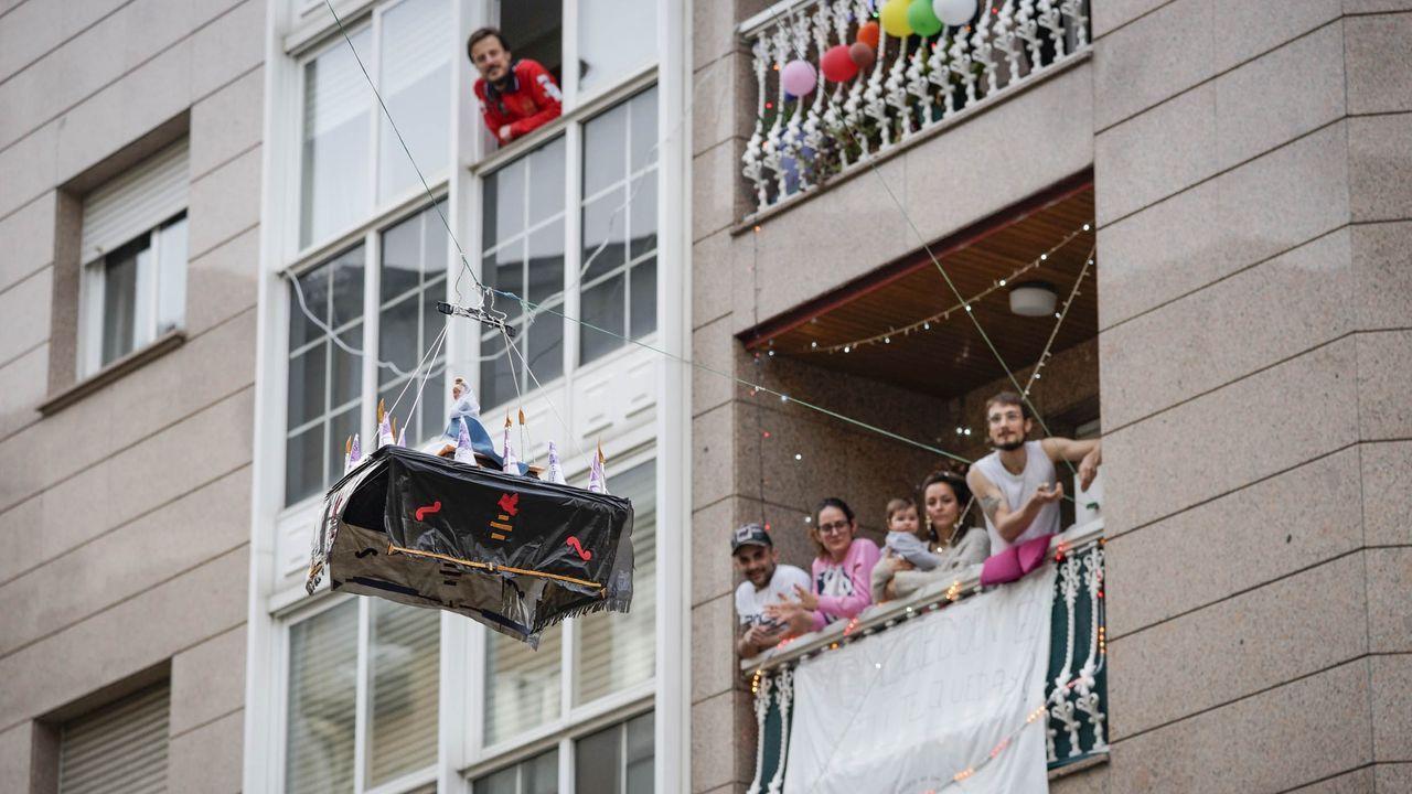 Procesión de Semana Santa entre balcones organizada por los vecinos de la rúa Bernando Cachamuíña