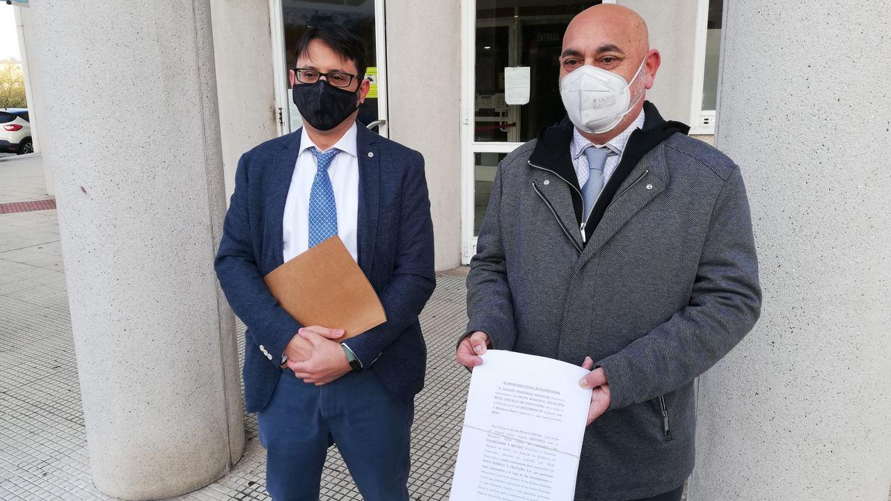 El portavoz municipal del PSOE, Tino Fernández, sostiene la denuncia presentada contra Ence en presencia del abogado Miguel Hermida Paredes