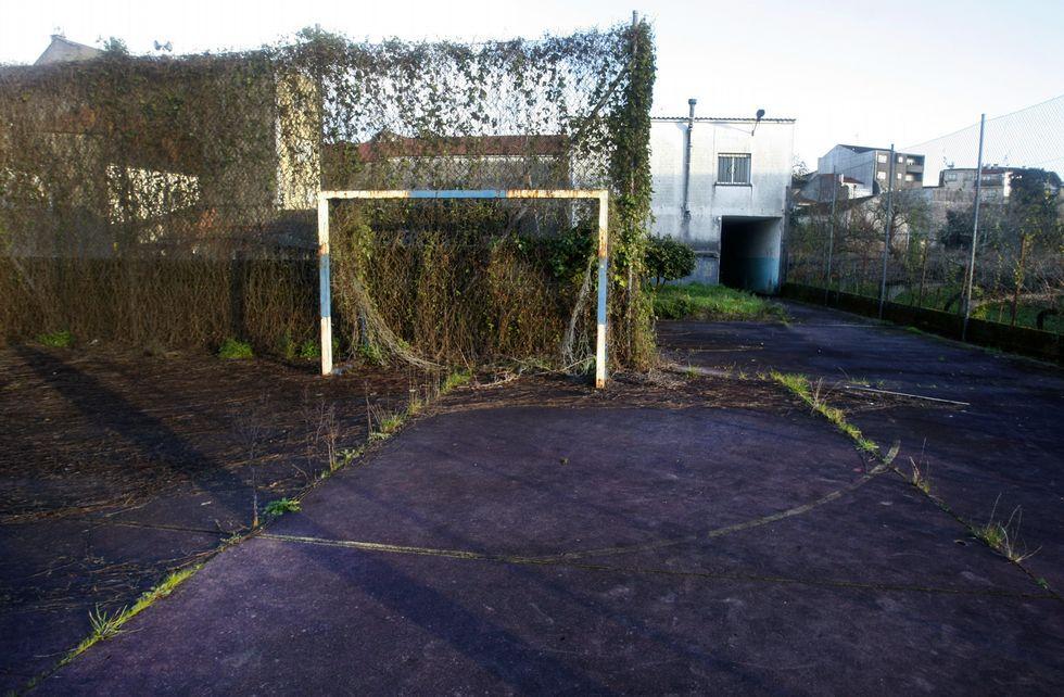 El estado de abandono de la biblioteca y las pistas deportivas de Vilaxoán es alarmante.
