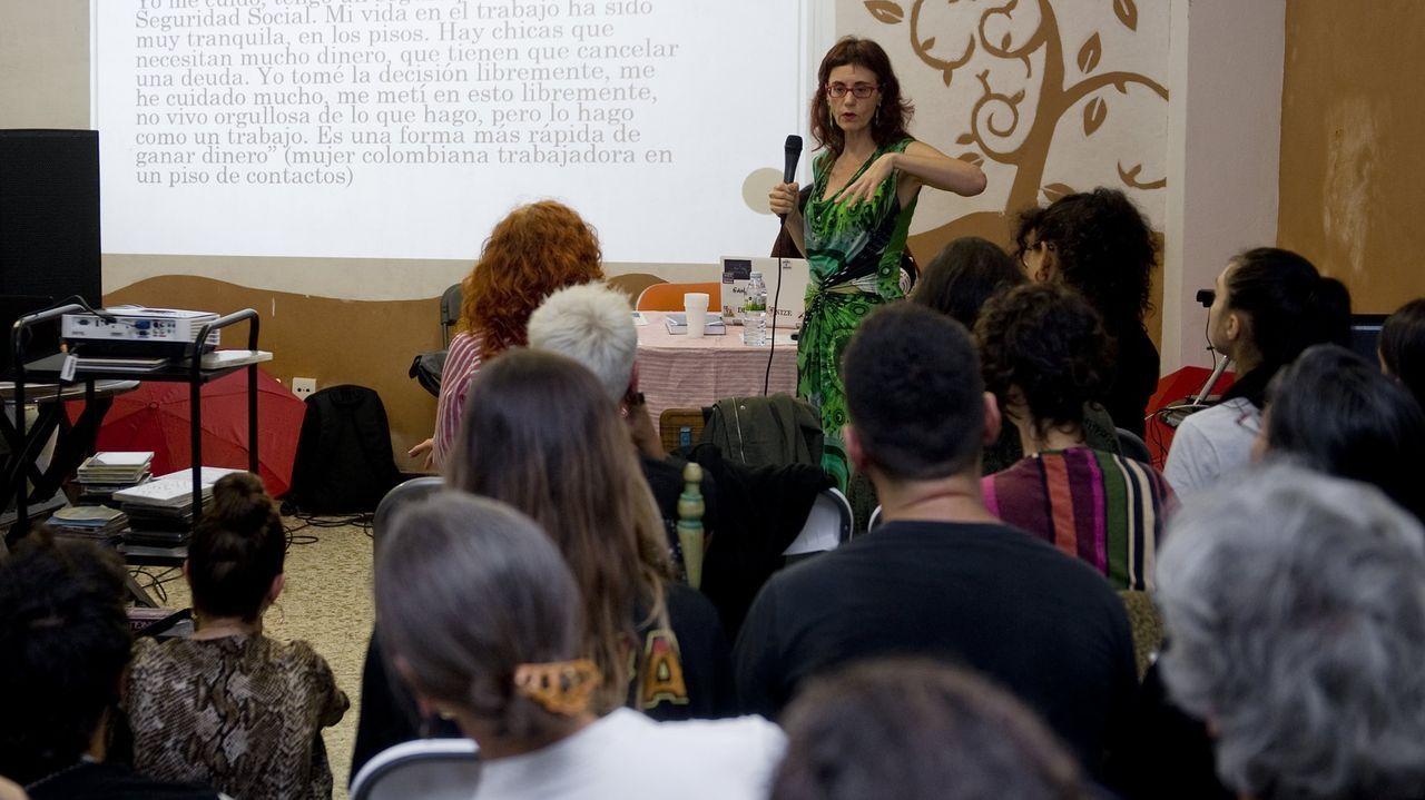 Las jornadas, que tenían entre los ponentes a profesores, prostitutas o asistentes sexuales, se trasladaron al Centro Social A Comuna. La Valedora de la UDC defiende el derecho a debatir sobre cualquier tema «por polémico que sexa» en la universidad