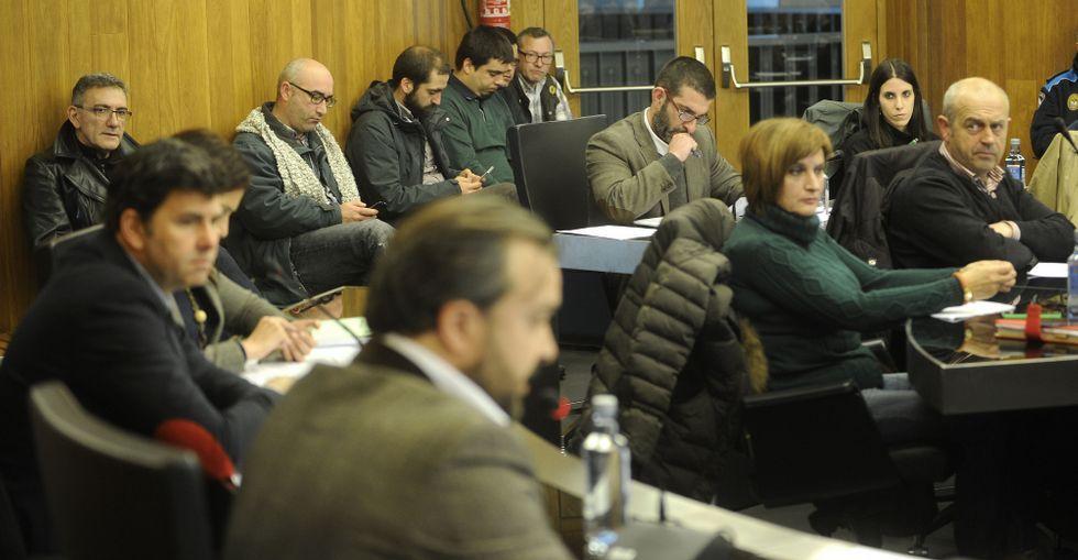 Igrexas, Maxi Blanco y simpatizantes de APAC siguieron el pleno, en que intervino Lara Rodríguez.
