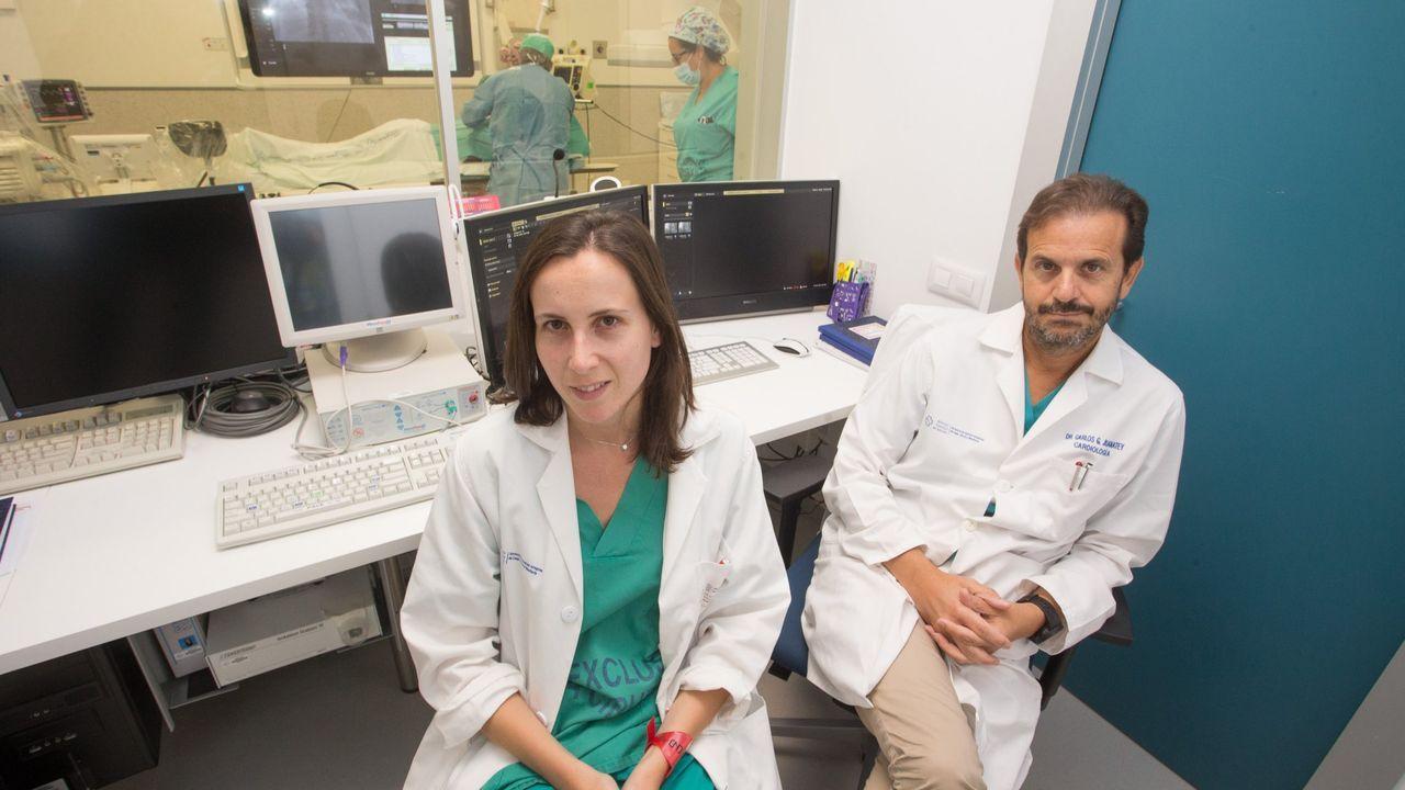 Exámenes al aire libre en Corea del Sur.El cardiologo Carlos González Juanatey y la doctora Alba Abellás Sequeiros posan en el área de Hemodinámica del HULA