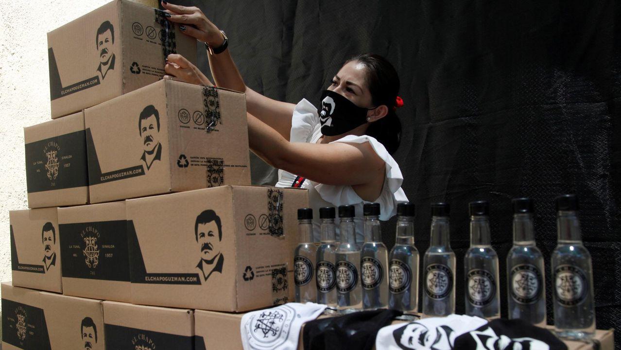 Personal de la marca el Chapo 701 prepara los paquetes de ayuda y las mascarillas con la imagen del líder del cartel de Sinaloa