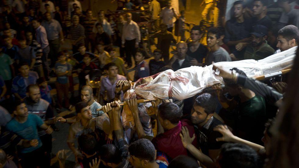 «Tel Aviv en el Sena» contra la «Playa Gaza» en París.Varias personas transportan el cadáver del joven muerto en el norte de Gaza