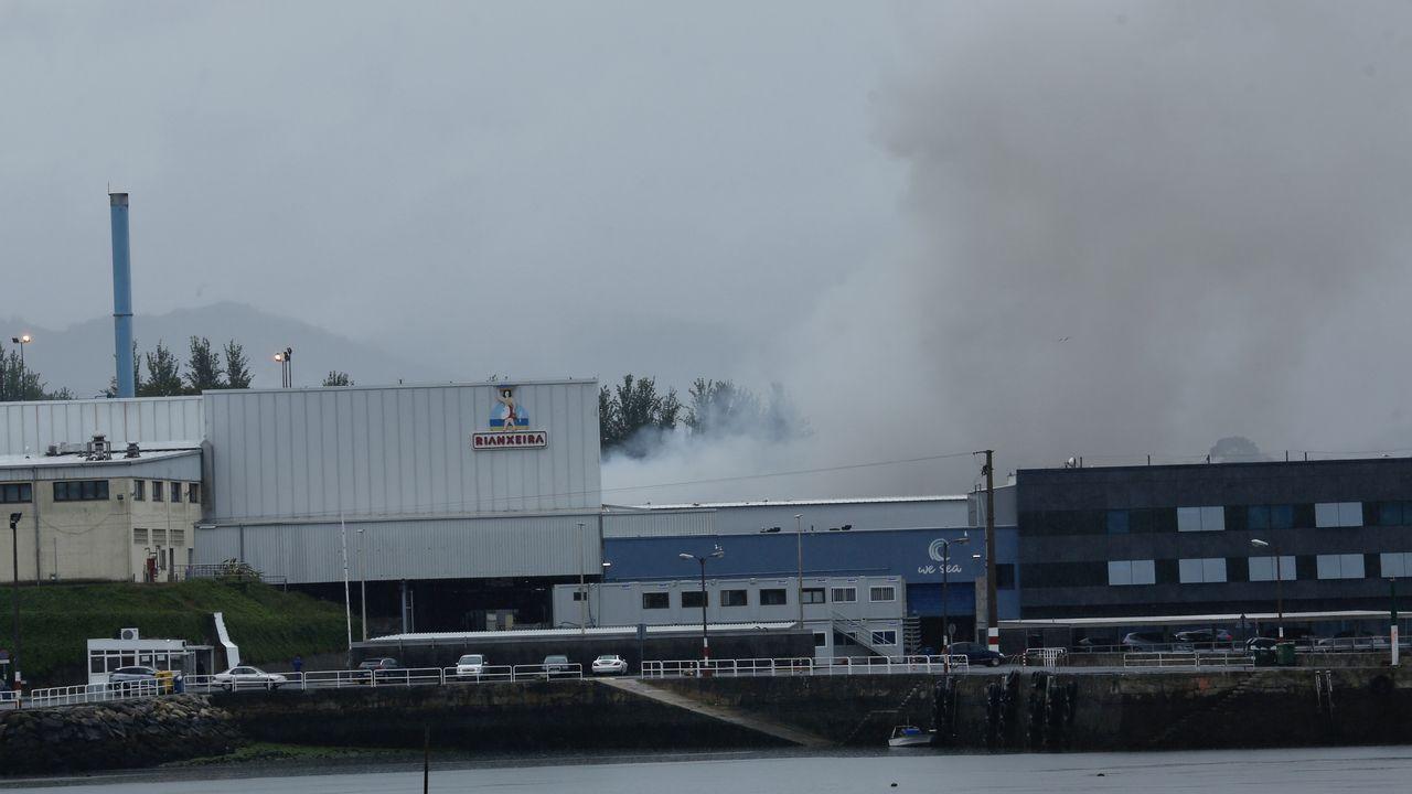 Los trabajos en la fábrica de Jealsa no cesaron durante la noche para evitar que el incendio volviera a reactivarse