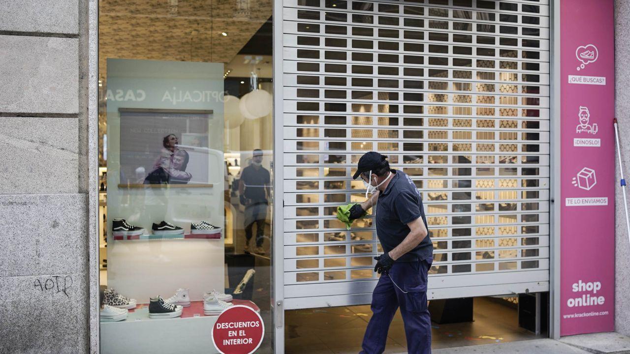 Abren, con cita previa, las oficinas del paro.Una tienda de Ourense  durante la desescalada