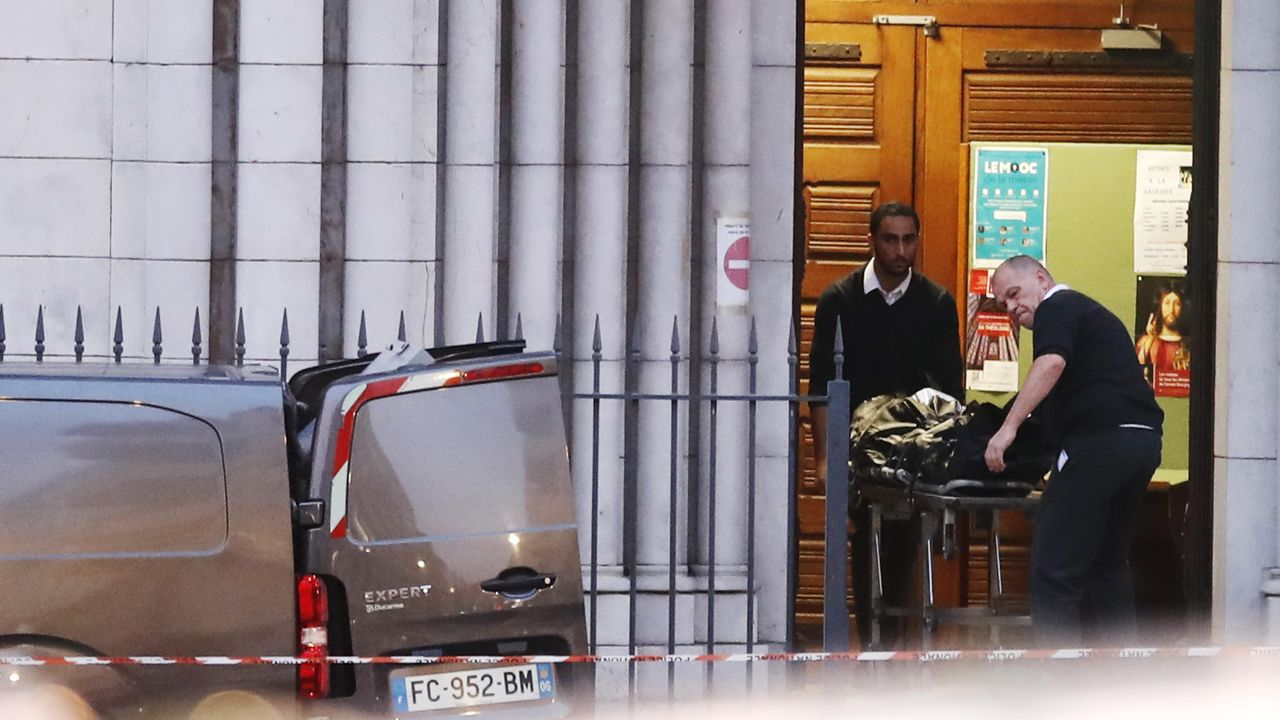 pobreza infantil, niños, malos tratos.Una de las víctimas fue degollada dentro la basílica católica de Niza
