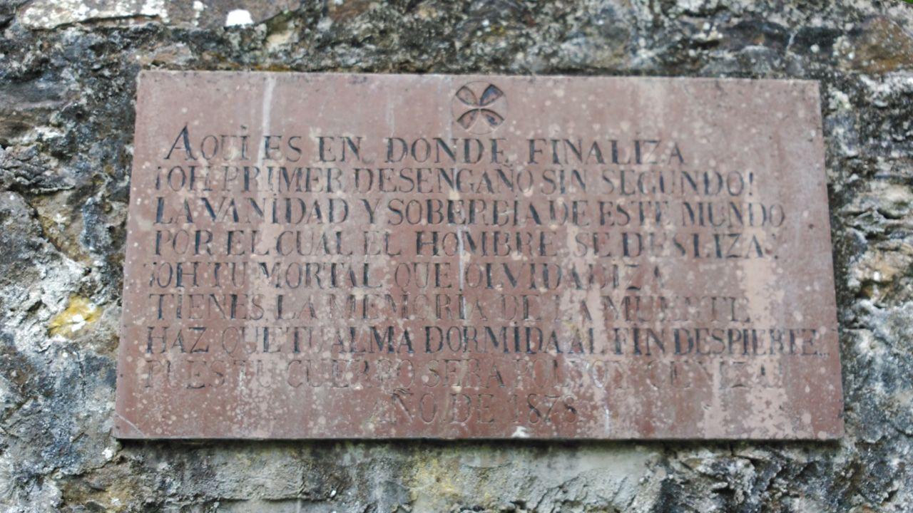 Una elaborda dedicatoria en un cementerio de Ribadesella.