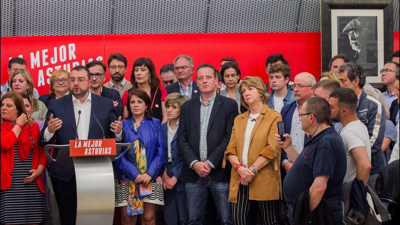 El candidato del PSOE a la Presidencia del Principado, Adrián Barbón (2ºi), celebra con la vicesecretaria general del PSOE, Adriana Lastra (3i), y la actual ministra de Sanidad, María Luisa Carcedo (4i) y militantes la victoria de los socialistas en las autonómicas, al subir de 14 a 20 diputados