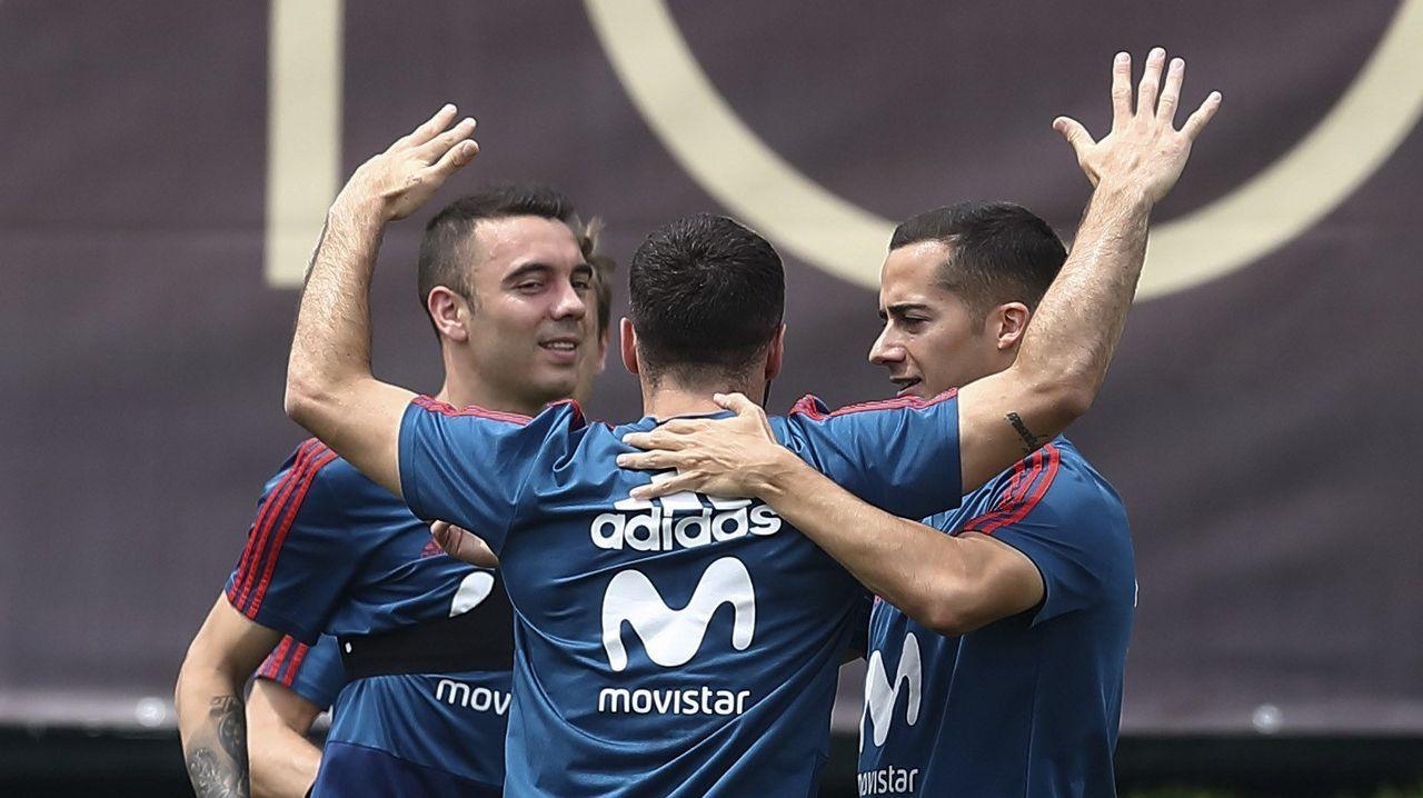 Pelayo Novo Real Oviedo.Fernando Hierro da indicaciones durante un partido