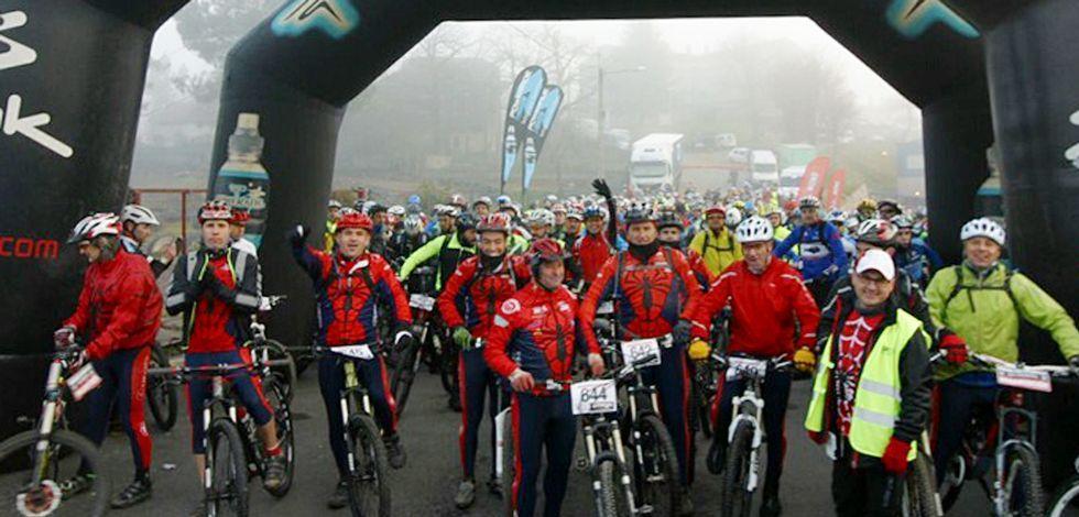 La niebla no desanimó a los participantes en la Marcha de las Rosquillas.