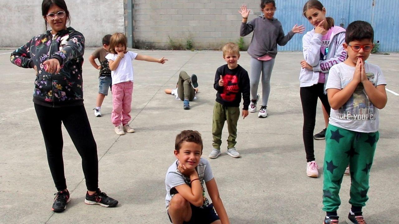 Estudiantes del colegio Ricardo Gasset el curso pasado durante la grabación de un documental sobre su vida en O Incio