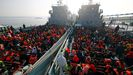 Cerca de 2.000 rohinyás fueron llevados en dos mercantes a la remota isla de Bhasan Char